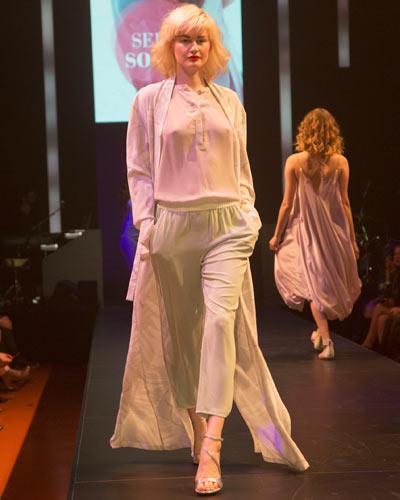 BRIGITTE Fashion Event: Edle Seidenhose von Escada, halbtransparente Bluse von Mexx. Mantel: Malaika Raiss. Schuhe: Stuart Weitzman.