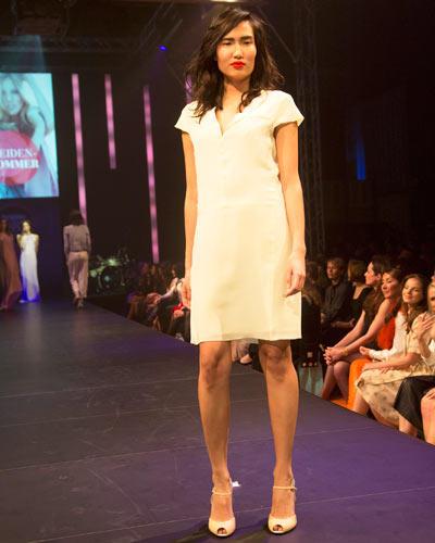 BRIGITTE Fashion Event: Das zartgelbe Seidenkleid ist von St. Emile, die farblich passenden Peeptoes sind von Stuart Weitzman.