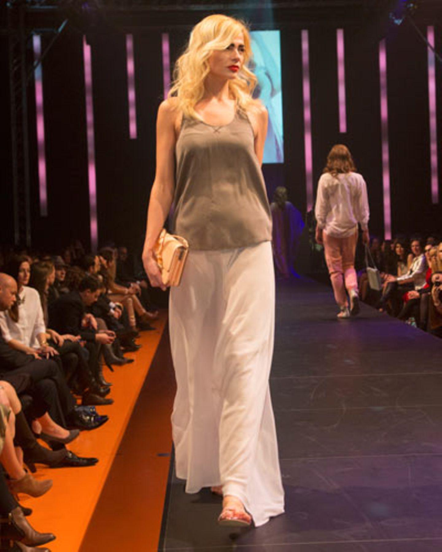 Der Maxirock ist von Rebekka Ruétz, das Top von Sack's. Tasche: Betty Barclay. Schuhe: Cheap Monday.