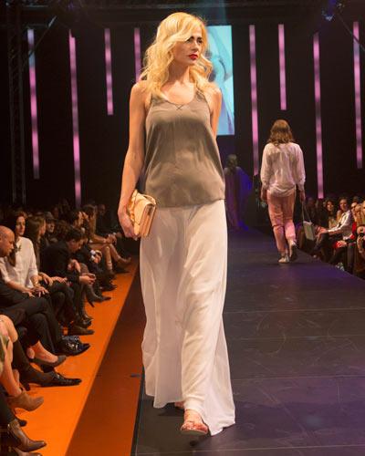 BRIGITTE Fashion Event: Der Maxirock ist von Rebekka Ruétz, das Top von Sack's. Tasche: Betty Barclay. Schuhe: Cheap Monday.