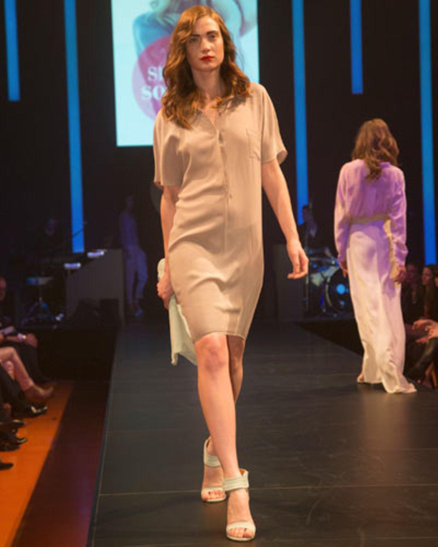 Zum Hemdblusenkleid von Kilian Kerner kombinieren wir Schuhe und Tasche in Mintgrün von InWear.