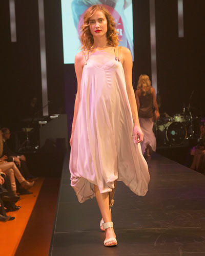 BRIGITTE Fashion Event: Kleid im Lingerie-Look von Antje Pugnat. Sandalen: Tamaris.