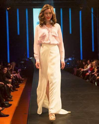 BRIGITTE Fashion Event: So wirkt Seide ganz schön lässig: Bluse von Tiger of Sweden, Rock von Kilian Kerner, Sandalen von Eva Turner.