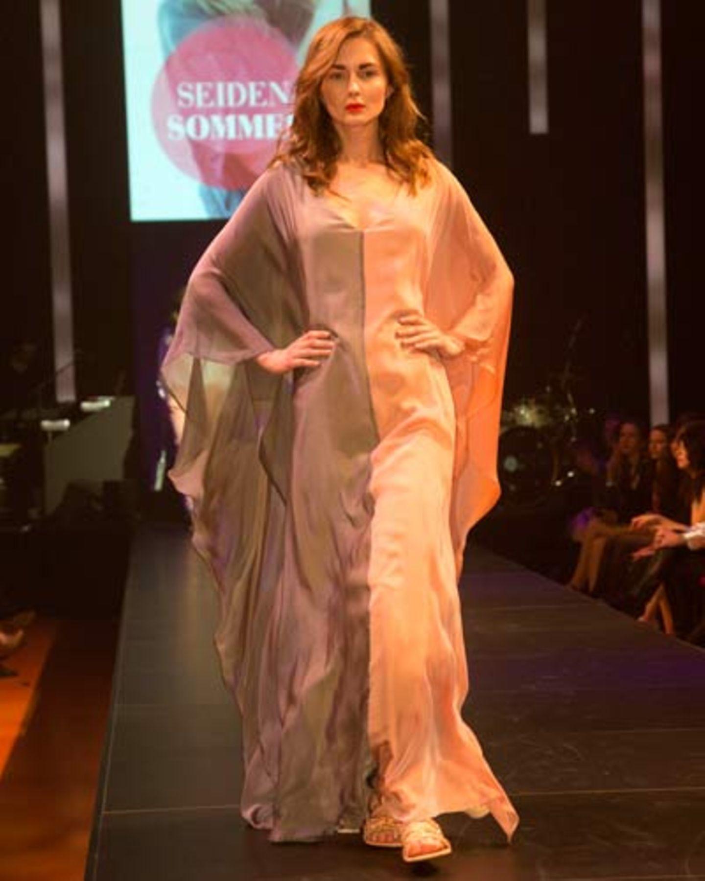 Ein Kleid für den ganz großen Auftritt! Zweifarbige Seidenrobe von Sibilla Pavenstedt. Schuhe: Pura López.