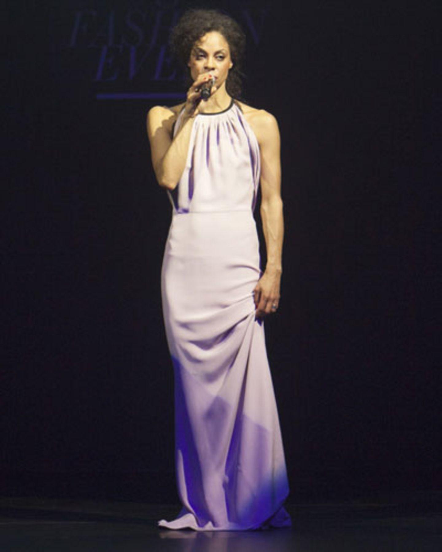 Sängerin Astrid North in einem langen Seidenkleid von Escada.