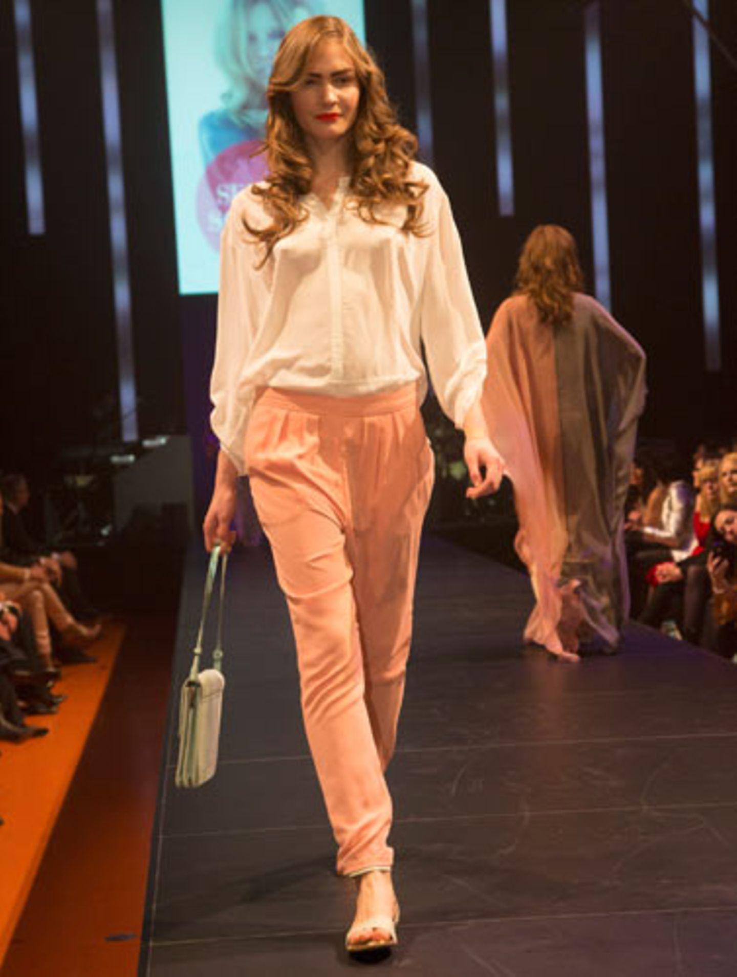 Rosafarbene Hose: Denham. Bluse: Olsen. Tasche: Betty Barclay. Schuhe: Tamaris.