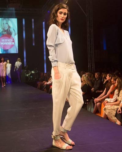 BRIGITTE Fashion Event: Bluse: Steffen Schraut. Hose: Windsor. Schuhe: Tamaris.