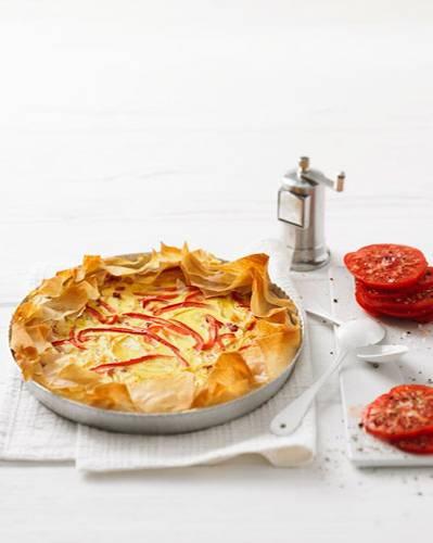Herrlich knusprig: Schinkenwürfel und Paprikastreifen peppen den Zwiebelkuchen auf. Für besonders viel Aroma wird das Gemüse in Wein und Fenchelsaat geschmort. Zum Rezept: Zwiebelkuchen mit Paprika