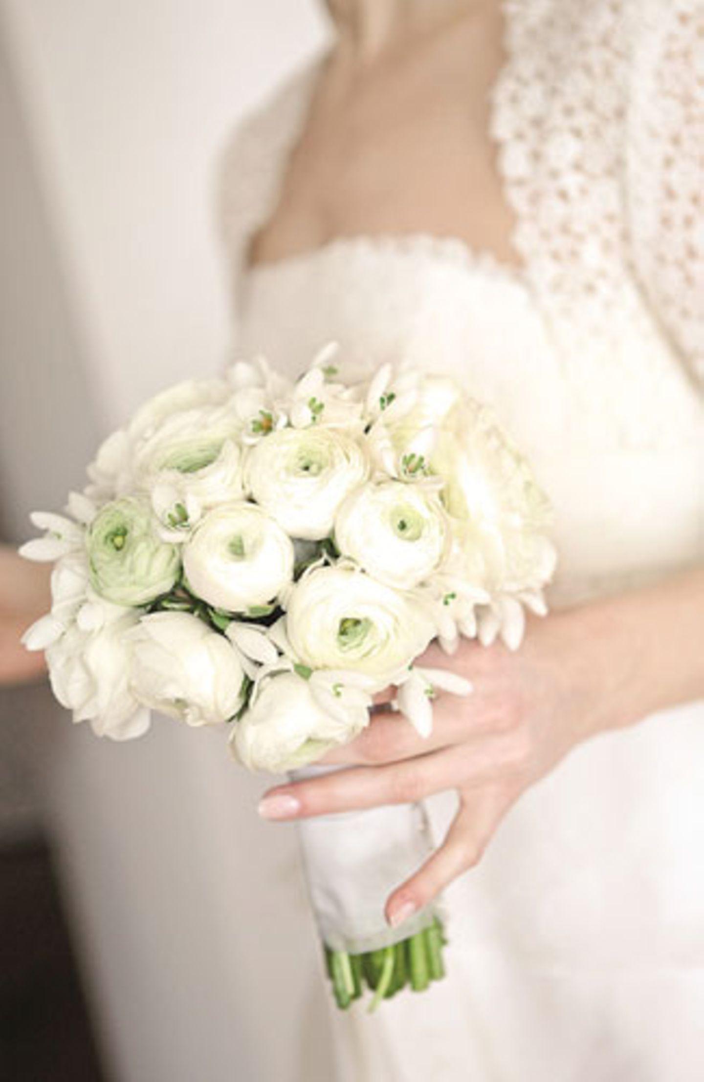 Brautstrauß mit Ranunkeln und Schneeglöckchen
