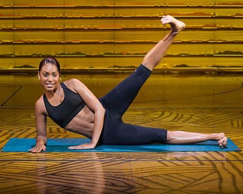 Workout: ... Jetzt das obere Bein mit ruhigen Bewegungen soweit wie möglich heben und wieder senken ohne es ganz abzulegen. 3-mal 15 bis 20 Wiederholungen, dann die Seite wechseln.
