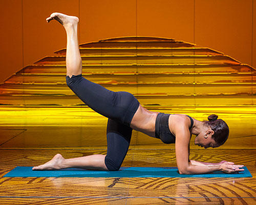 Workout: ... Jetzt eine Ferse anheben und wie an einem Faden gezogen Richtung Decke bewegen, sodass der Unterschenkel senkrecht in der Luft steht. Bauchnabel dabei nach innen ziehen. Kurz halten, leicht absenken und wieder anheben. 10- bis 15-mal wiederholen, dann das Bein wechseln. Noch mal 2 Durchgänge je Seite.