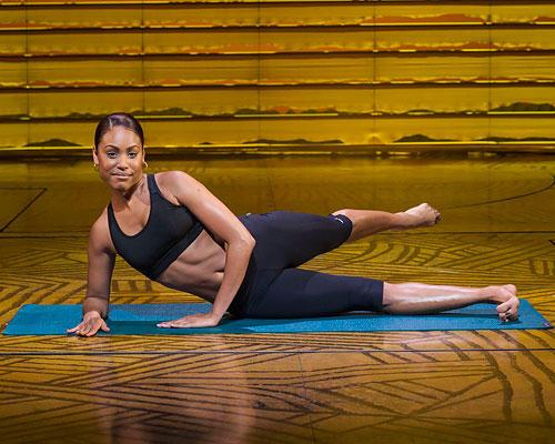 Workout: ...Dann langsam wieder über die Mitte zurück und das Bein nach hinten strecken, die Zehenspitzen dabei lang machen. Anschließend das Bein wieder nach vorne bringen. Die Bewegungen erfolgen flüssig und parallel zum Boden. Darauf achten, dass der Körper die ganze Zeit über angespannt und der Bauch leicht nach innen gezogen ist. 3-mal 10 bis 15 Wiederholungen, dann das Bein wechseln.
