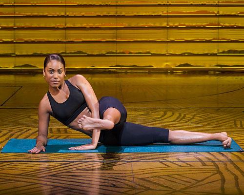 Workout: Wer noch Kraft hat, hebt das obere Bein nur wenig an und bewegt es langsam und gestreckt so weit wie möglich nach vorne, höchstens aber bis zu einem 90°-Winkel zwischen Bein und Oberkörper...