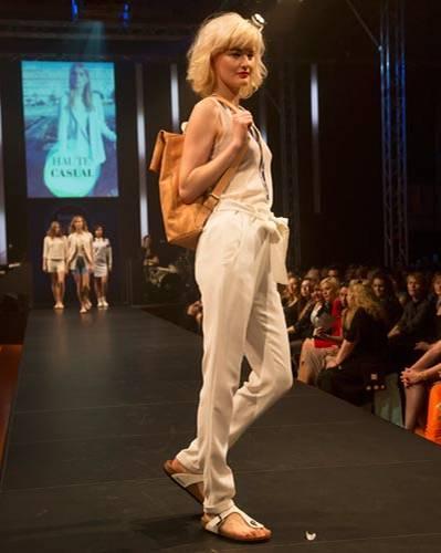 BRIGITTE Fashion Event: Die weiße Hose mit Stoffgürtel ist von René Lezard, das Top von G-Star Raw. Schuhe: Birkenstock. Rucksack: Bree.