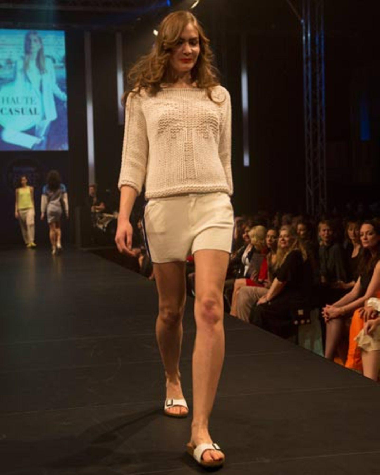 Strickpulli von Iris von Arnim, Shorts von G-Star Raw. Schuhe: Birkenstock.