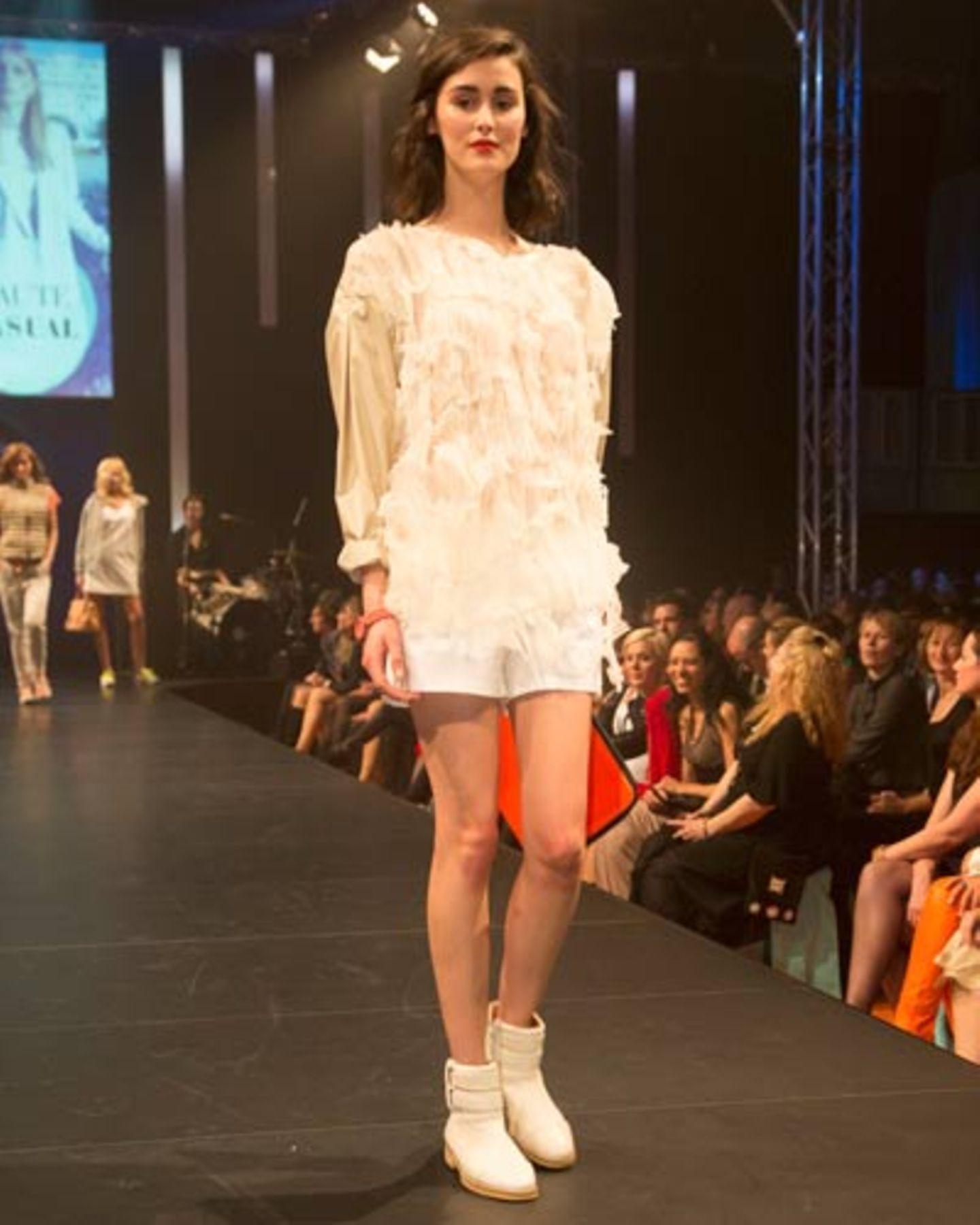 Weiße Shorts gesehen bei TK Maxx, Top von Prose. Schuhe: Zalando Collection. Uhr: Marc Jacobs.