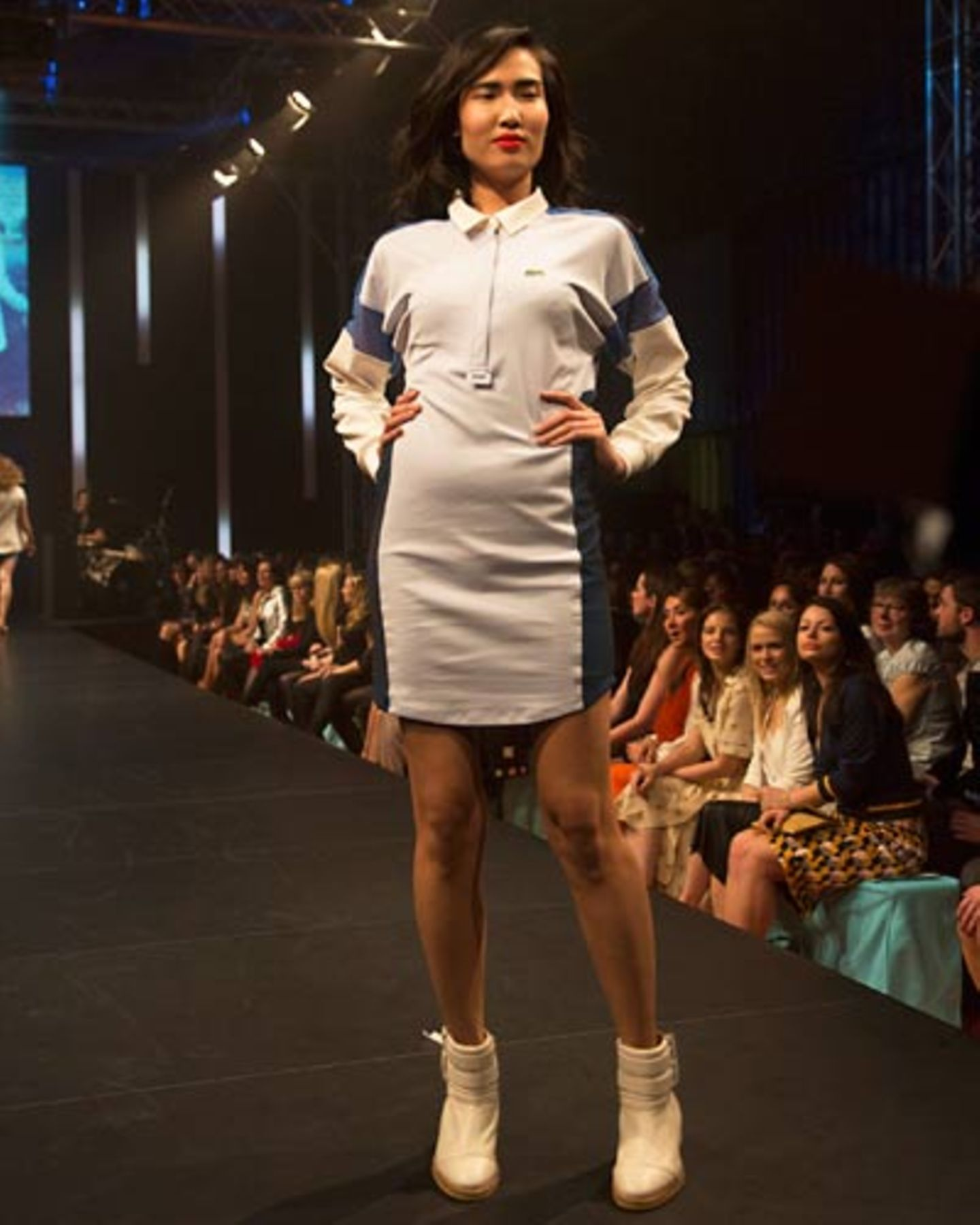 Das sportliches Polo-Kleid ist von Lacoste. Schuhe: Zalando Collection.