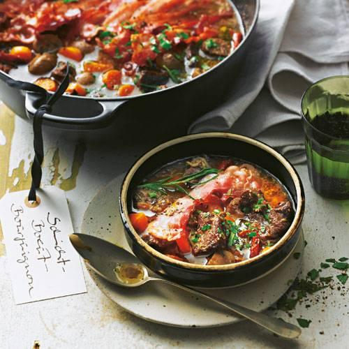 Die klassischen Zutaten Rind, Rotwein, Speck und Gemüse bekommen hier von unserer sensationellen Gewürzmischung (u. a. mit Mandeln und Orangenschale) Gesellschaft. Zum Rezept: Schicht-Boeuf-Bourguignon