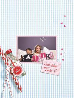 Nach der Hochzeit ist vor der Hochzeit, denn nun stehen noch die Danke-Karten an. Damit ihr euch bei euren Gästen liebevoll bedanken können, hat Stefanie Luxat im BRIGITTE-Buch Einfach heiraten kreative Ideen entworfen. Ein Beweisfoto Das braucht ihr: Tonpappe in drei verschiedenen Farben, Cutter, Kleber, Kamera mit Selbstauslöser, Papierkarte (12 cm x 17 cm), Schnapsflasche, Strohhalme (Geliebtes Zuhause), Merci-Anhänger (Diesu), Band, Mini-Karteikärtchen (Bürobedarf), Stift, Büroklammer. So geht's: Auf die Tonpappe Buchstaben einzeichnen, mit dem Cutter ausschneiden, versetzt zusammenkleben. Die Kamera auf Selbstauslöser stellen, gegenüber vom Bett platzieren, Foto machen, farbig ausdrucken in 10 cm x 15 cm, auf eine Karte kleben. Strohhalme und Merci-Schild an die Schnapsflasche binden. Karteikarte beschriften und an das Foto klemmen.