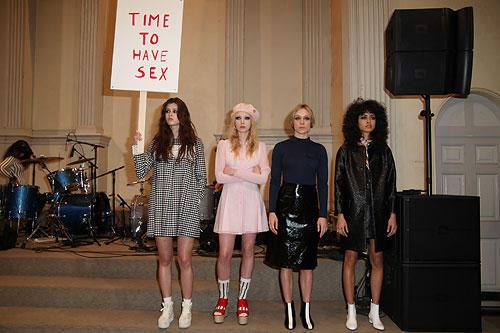 Chloë Sevigny organisiert eine Mode-Demonstration