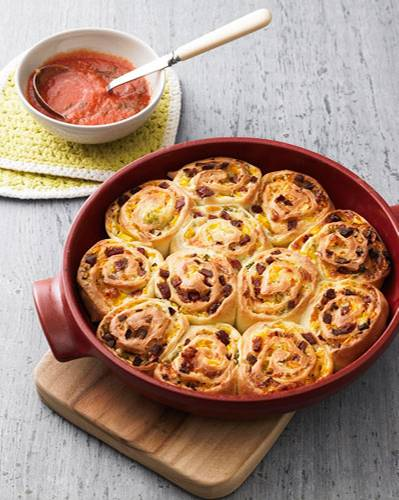 Dieser Schneckenkuchen mit Kabanossi-Würstchen, Paprika und Lauchzwiebeln schickt nicht nur Salamipizza-Fans in den siebten Genusshimmel. Wetten, dass jeder eine zweite Schnecke haben will? Clever: Während der Kuchen im Ofen ist, machen wir eine schnelle Tomatensoße - die schmeckt einfach super dazu. Zum Rezept: Kabanossi-Schneckenkuchen