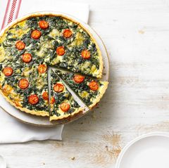 Eine Quiche ist ein typisches Gericht in der französischen Küche und wird in der klassischen Variante mit Speck, Käse, Zwiebeln, Eiern und Sauerrahm gefüllt. Wir machen sie mit Spinat und Tomaten. Zum Rezept: Spinatquiche