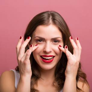 Frau trägt Augencreme auf