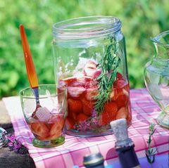 Erdbeerbowle mit Ysop
