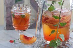 Nektarinen-Erdbeerbowle mit Minze