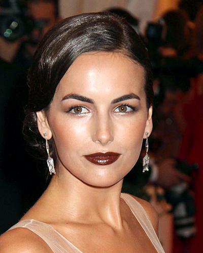 Dunkelrote Lippen: Camilla Belle