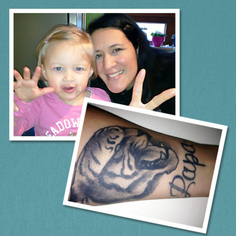 """Hanne hat sich ihr Tattoo bewusst auf den linken Unterarm stechen lassen, da dies die Seite des Herzens ist. Und zu Herzen geht auch ihre Geschichte: """"Mein Vater hat im Juni 2009 die Nachricht bekommen, dass er Krebs hat und starb nur fünf Monate später. Zu dem Zeitpunkt war ich fast im 3. Monat schwanger und wollte es ihm an Weihnachten sagen. Leider ging alles sehr schnell und ich hatte nicht mehr die Möglichkeit, ihm zu sagen, dass er Opa wird. Meine Tochter Charly kam im Juli 2010 zur Welt. Man sagt, ein Leben geht, ein neues Leben kommt - und so soll auch das tätowierte Armband den Kreis schließen. Es verbindet die beiden Namen 'Charlize' und 'Papa'. Da beide nach chinesischen Tierkreiszeichen im Jahr des Tigers geboren wurden, trage ich darüber auch noch einen Tigerkopf."""""""