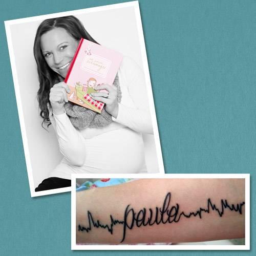 """Tattoo-Geschichten: Für Raphaela war schon in der Schwangerschaft klar, dass sie den Namen ihrer Tochter irgendwann  auf meinem Körper tragen möchte. """"Paula war ein Wunschkind. Unser erstes Baby hatte leider in der 12. Woche keinen Herzschlag mehr und bei der anschließenden OP lief einiges schief. Darum hofften mein Mann und ich sehr, dass ich danach bald wieder schwanger werden würde."""" Ihre Hoffnung wurde erfüllt: Schon ein Jahr später kam ihre Tochter auf die Welt. Und Raphaela trägt heute das letzte CTG von ihr mit Paulas Namen auf der Haut. """"Ich hoffe, Paula wird es irgendwann cool und nicht peinlich finden, und es auch als meinen Liebesbeweis an sie sehen!"""" Mehr zum Thema: Ein Tattoo in der Schwangerschaft? Das müssen Sie wissen Die Tattoos der Stars"""