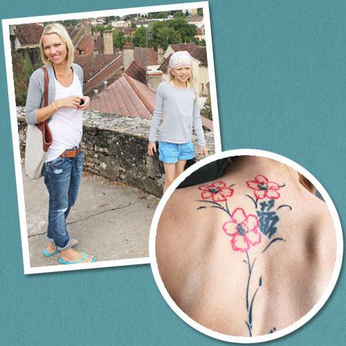 """Tattoo-Geschichten: Ulrike hat auf sich auf den Rücken drei Lotusblüten tätowieren lassen, je eine für ihre Tochter Mia-Lena, ihren Sohn Jona und ihren Mann. """"Der Lotus ist das Symbol der Liebe im asiatischen Raum"""", erklärt sie. """"Auf der Innenseite meines rechten Oberarms habe ich zudem noch eine ganz zarte Tätowierung: die Friedenstaube von Picasso mit unserem Familienmotto 'Dona nobis pacem' (Schenke uns Frieden). Wir singen dieses Gebet sehr häufig zusammen mit unserer großen Familie."""""""