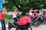 Da geht's lang zur Iron Mom Dehnbar schöne Übung: Die Arme freuen sich über eine kurze (Baby)Pause. Schließlich müssen Moms im Alltag schon genug stemmen.