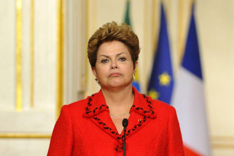 Nein, es sieht derzeit nicht gut aus für Dilma Rousseff, Präsidentin des größten Staates Südamerikas. Hunderttausende Menschen gehen seit Tagen auf die Straßen, um gegen ihre Politik zu protestieren. Wie in der Türkei kam es zu Ausschreitungen, und die Polizei ging zum Teil gewaltsam gegen die Protestanten vor. Dennoch unterscheidet sich Protestwelle Brasiliens deutlich von den Unruhen in Istanbul - und das liegt vor allem an der Reaktion der Präsidentin. Während Türkeis Ministerpräsident Erdogan eisern an seinem Kurs festhält, traf sich Rousseff nach wenigen Tagen mit Demonstranten und Gouverneuren, um nach Lösungen zu suchen. An diesem Montag verkündete sie über das Fernsehen ihren ehrgeizigen Plan: Es werde eine Politikreform geben und die Bürger sollten in einer Volksabstimmung selbst darüber entscheiden dürfen.