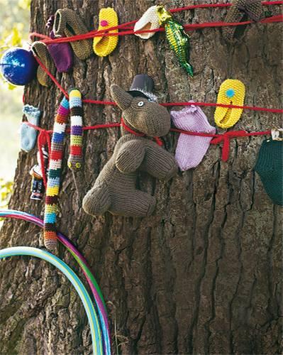 Richtig, die der bunten Schlange. Sie wird aus Wollresten rundgehäkelt und mit Holzperlen gefüllt. Die Babyschuhe im Perlmuster sind schnell gestrickt, die Söckchen auch - und der Hund zum Kuscheln ist eher für Fortgeschrittene. Wolle: Lana Grossa, Schulana, Debbie Bliss.    Hier können Sie die Anleitungen für die Kinder-Strickmode herunterladen.