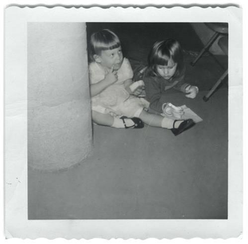 """Mutter-Tochter-Fotos: """"Wären meine Mutter und ich beste Freundinnen gewesen, wenn wir zusammen aufgewachsen wären?"""" - """"Hätten wir den gleichen Humor gehabt?"""" - """"Hätten die Leute über uns gesagt, dass wir unzertrennlich seien?"""" - Diese Fragen hat sich die amerikanische Art Direktorin und Fotokünstlerin Danielle Delph gestellt. Um der Sache auf den Grund zu gehen, hat sie ein Fotoexperiment gemacht: Sie hat sich selbst in die Kinder- und Jugendfotos ihrer Mutter montiert - Photoshop sei Dank. Auf diesem Foto sieht man Mutter Janis links und Danielle Delph rechts."""