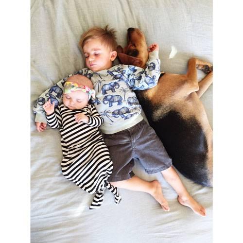 """Mittagsschlaf mit Hund: Für Jessica Shyba ist der Mittagsschlaf ein wichtiges Ritual. """"Ich war immer sehr streng, was das Einhaltung eines konsequenten und regelmäßigen Mittagsschlafs angeht. Ich weiß, dass das nicht bei allen Kindern klappt, aber bei uns sind drei von vier Kindern sehr begeisterte Mittagsschläfer."""""""
