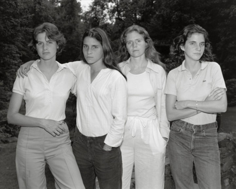 Als Fotograf Nick Nixon im Sommer 1974 ein Bild von seiner Frau Bebe und ihren drei Schwestern machte, war noch nicht abzusehen, dass er damit für die vier Geschwister einen Foto-Lebenslauf beginnen würde. Im Gegenteil, sein Ursprungsbild empfand er als so misslungen, dass er das Negativ in den Müll warf. Nichtdestotrotz: Für die Schwestern hatte eine Tradition begonnen.