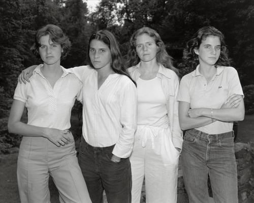 Fotoprojekt: Als Fotograf Nick Nixon im Sommer 1974 ein Bild von seiner Frau Bebe und ihren drei Schwestern machte, war noch nicht abzusehen, dass er damit für die vier Geschwister einen Foto-Lebenslauf beginnen würde. Im Gegenteil, sein Ursprungsbild empfand er als so misslungen, dass er das Negativ in den Müll warf. Nichtdestotrotz: Für die Schwestern hatte eine Tradition begonnen.