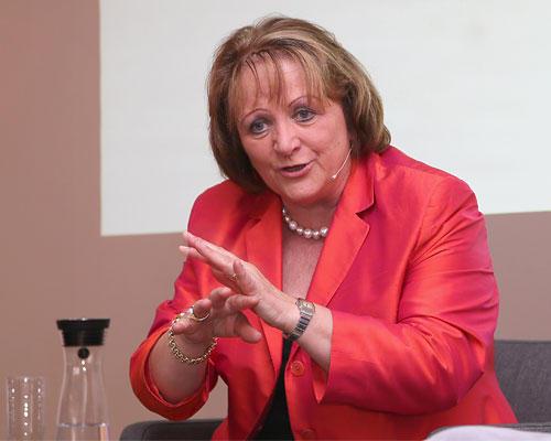 """BRIGITTE LIVE: Sie selbst hat es in eine Spitzenposition gebracht - von einer gesetzlichen Frauenquote hält Leutheusser-Schnarrenberger aber nichts: """"So etwas funktioniert nicht im 21. Jahrhundert."""" Aber könnte eine Quote den Prozess nicht etwas flotter in Gang bringen? """"Nein. Die gläserne Decke wird auch mit einer Frauenquote nicht schneller verschwinden. Die Hauptsache ist, dass die Debatte angestoßen wurde. Ein Unternehmen kann es sich mittlerweile doch gar nicht mehr leisten, auf Frauen in Führungspositionen zu verzichten - ganz ohne Druck durch Gesetze."""""""