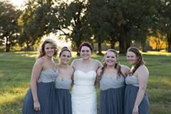 """Was für ein Albtraum. Die Amerikanerin Shelby Swink und ihr Verlobter wollten heiraten. Doch fünf Tage vor dem großen Tag beendet er die Beziehung. Die 23-Jährige steht unter Schock und sagt die Hochzeit ab. Als sie mit der Hochzeitsfotografin Elizabeth Hoard spricht, hat diese eine Idee. Warum das geplante Fotoshooting nicht umgestalten - in eine """"Trash-the-dress""""-Aktion"""" - also """"Ruinier-das-Hochzeitskleid""""? Shelby Swink ist begeistert - und auch die Brautjungfern und ihre Eltern machen mit."""