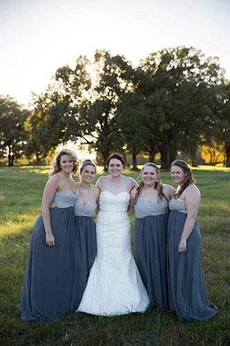 """Trash the dress: Was für ein Albtraum. Die Amerikanerin Shelby Swink und ihr Verlobter wollten heiraten. Doch fünf Tage vor dem großen Tag beendet er die Beziehung. Die 23-Jährige steht unter Schock und sagt die Hochzeit ab. Als sie mit der Hochzeitsfotografin Elizabeth Hoard spricht, hat diese eine Idee. Warum das geplante Fotoshooting nicht umgestalten - in eine """"Trash-the-dress""""-Aktion"""" - also """"Ruinier-das-Hochzeitskleid""""? Shelby Swink ist begeistert - und auch die Brautjungfern und ihre Eltern machen mit."""
