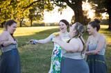 Auf ihre Freundinnen kann sich die Braut verlassen - auch die Brautjungfern haben ihren Spaß.
