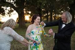 """Zunächst hatte Shelby Swink ein schlechtes Gewissen, ihre Eltern zur """"Trash-the-dress""""-Aktion einzuladen. Schließlich hatte ihre Mutter viel Geld für das Hochzeitskleid bezahlt. Aber die Brauteltern unterstützen ihre Tochter und versicherten ihr, dass sie sich um das Geld keine Sorgen machen solle. Was zähle, sei nur ihre Freude."""