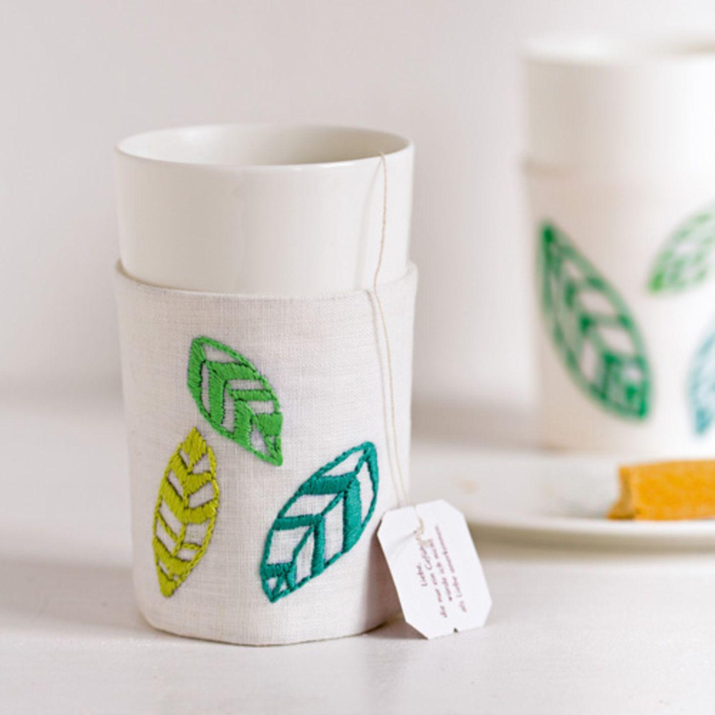 Becherhülle mit Teeblättern