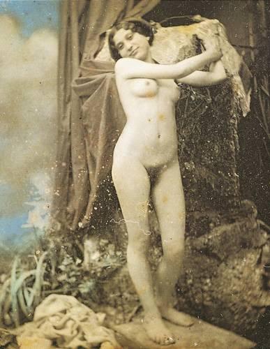"""Historische Aktfotos: Kim Kardashian war neulich nackt zu sehen? Ein alter Hut: Historische Sammlungen von Aktfotos belegen, dass Menschen schon immer gerne nackte Leute gesehen haben. Auf Vasen, auf Gemälden und irgendwann auf Fotos: Aktbilder, vorzugsweise natürlich von Frauen, waren in jedem Jahrhundert beliebt und verbreitet. Was aber als neue Entwicklung auffällt: Die Wahrnehmung des weiblichen Körpers hat sich durch die immer stärkere Manipulation der Bilder sehr stark verändert. Mit den immer einfacher werdenden Bildmanipulationen in Fotolabors, und später am Computer, wurde mit den Jahren ein Schönheitsideal erzeugt, dass zunehmend unrealistischer wurde. Ein aktuelles Titelmodel im """"Playboy"""" ist schon in seinen Proportionen so grotesk übertrieben, dass es bei nährerer Betrachtung mehr Ähnlichkeit mit einer Cartoonfigur hat als mit einem echten Menschen."""