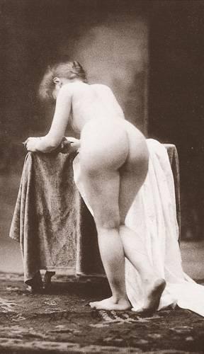 Historische Aktfotos: Vor ein paar Jahrzehnten war das noch anders: Vor allem Kurven und Authentizität waren von den fotografierten Frauen gefragt. Auf die Idee, sich über irgendeine kleine Delle oder Rundung am Körper aufzuregen, wäre damals kein Mensch gekommen.