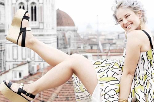 """Firenze4ever: Alljährlich lädt der italienische Shop für Luxusmode Luisa Via Roma internationale Blogger nach Florenz ein, um sich über Mode auszutauschen. Im Zentrum des Events """"Firenze4Ever"""" steht eine Styling-Aktion, bei der die Blogger ihre Lieblings-Looks aus den neuen Modekollektionen zusammenstellen. Bloggerin Kiki Sunshine wählte ein sommerliches Kleid mit grafischem """"Ethno-Print"""" und Plateau-Sandalen."""