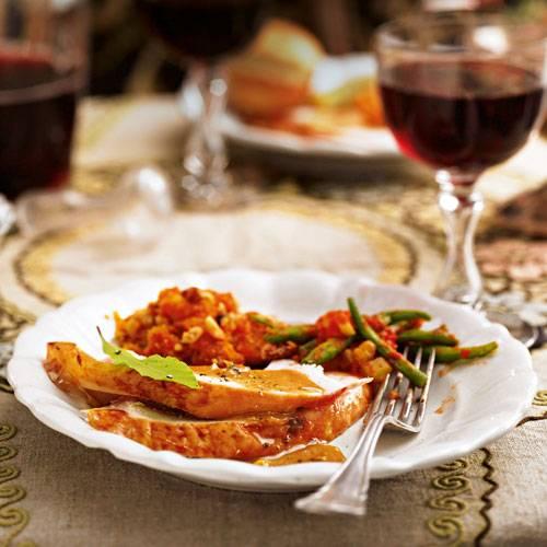 Der Star eines jeden Thanksgiving-Essens: Der Truthahn heißt bei uns Pute und wird in diesem Rezept klassisch, mit Zwiebel und Staudensellerie in der Bauchhöhle, 3 Stunden und 30 Minuten gebacken. Zum Rezept: Truthahn und Soße